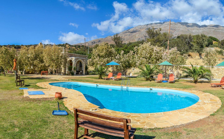 Pool in der Ferienanlage PETRA MARE