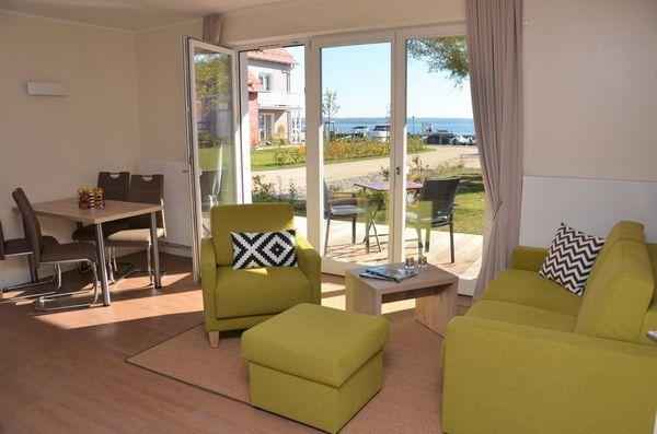 Wohnzimmer von Apartment mit Bootsliegeplatz (optional) im Hafendorf Plau am See (P5 A1)