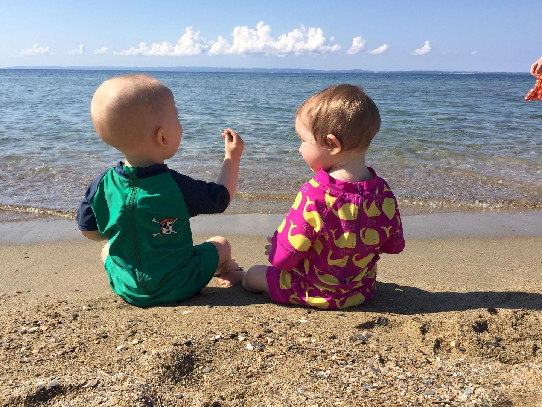 Kinder im Meer bei den Ferienhäuser TRIKORFO