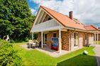 Feriendorf Südstrand Haus 24 Pelzerhaken - Vorderansicht mit Terrasse und Balkon