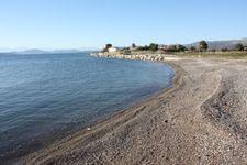 Strand rechts des Bootshafens